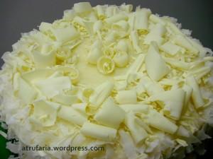 Cobertura de Ganache Branco  e muitas raspas de chocolate ...