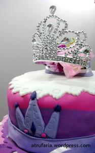 O topo leva a tiara da Princesa