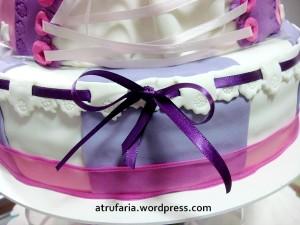 Cada andar do bolo de verdade lembra os clássicos vestidos de princesas
