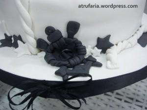 Logo todo em preto entre o tabuleiro e o bolo