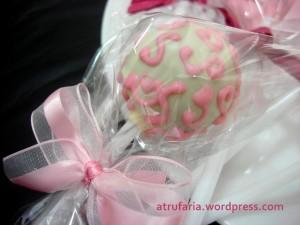 Cakepop é uma massinha de bolo , super molhadinha misturada com o recheio... e claro, coberto com chocolate!