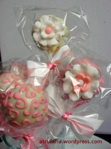 Cakepops decorados com chocolate branco, rosa e pasta americana