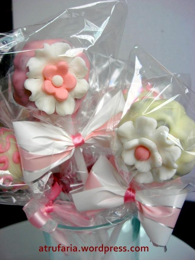 Cakepop - Detalhes em pasta americana, formam as florzinhas e laços