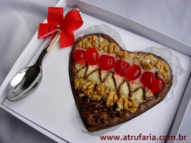 Coração Mosaico: Base de Chocolate ao leite maciço, brigadeiro de nozes, trufa mousse, bolos branco e de chocolate, cerejas e nozes.  Total de - 430g
