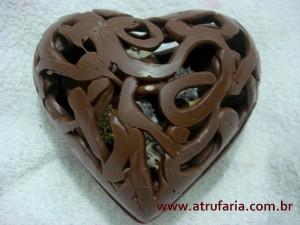 O coração, tem a parte de baixo maciça e a de cima vazada, deixando entrever a opção escolhida: Trufas ou De Colher!