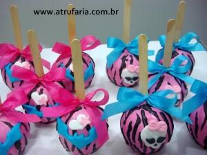 A versão de Maçã do Amor: Chocolate rosa Zebrado e detalhes em pasta americana