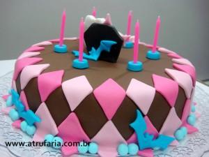 O bolo é de massa de chocolate , recheio de brigadeiro gourmet .