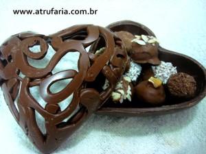Coração de chocolate com tampa vazada, com trufas diversas
