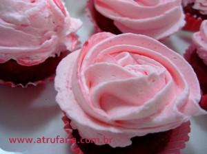 Várias combinações de sabores - esse tem a massa Red Velvet (vermelha, sabor morango) com recheio de brigadeiro. Rosa em Chantily de Chocolate Branco