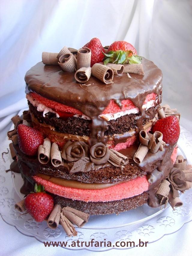 Naked Cake - bolo aparente - massa de chocolate e masa vermelha de morango