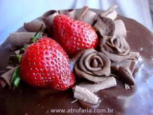 Cobertura de Ganache, decorações com morangos e rosas de pasta de chocolate