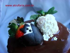 No topo do bolo, noivinhos de morango fazem o clima romântico