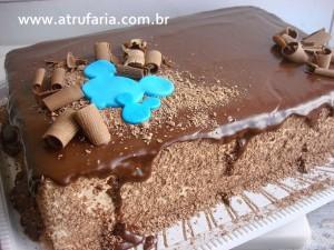 Bolo para servir, coberto com ganache e raspas de chocolate