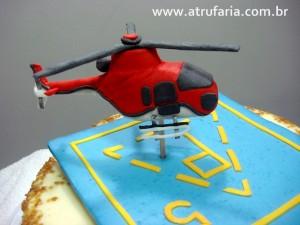 O helicóptero  Esquilo foi modelado em porcelana fria (biscuit) e o heliponto apenas sobreposto em pés de chocolate, sem encostar no bolo