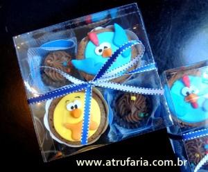 Caixinhas de lembrancinhas : dois mini cupcakes e dois brigadeiros gourmet
