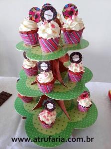 Mini Cupcakes de frutas vermelhas com recheio de brigadeiro branco para acompanhar...