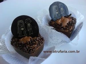 Caixinha Brigadeiro - Caixinha de Chocolate ao leite, recheios de Brigadeiro e Trufa Mousse, com moeda de Noivinhos