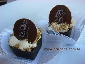 Caixinha Mousse - Caixinha de Chocolate Black com base de  Brigadeiro e Trufa Branca - Moeda com Noivinhos