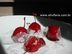 Cereja iCaramelada - Cereja inteira envolvida em doce de coco, caramelizada em vermelho.