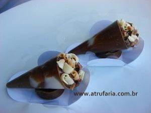 Cone de Chocolate Mesclado, recheado de Brigadeiro e Blossons Barry.