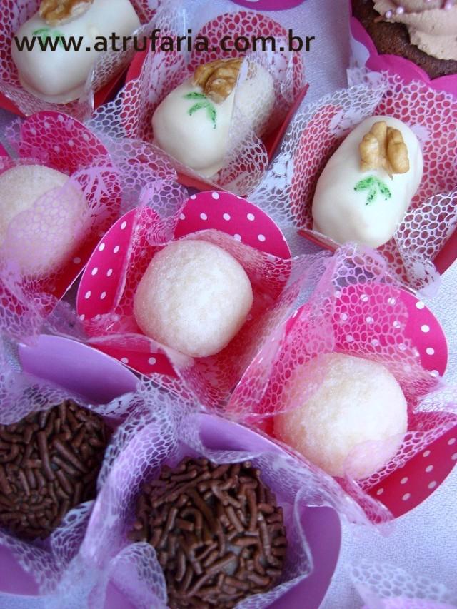 Docinhos para acompanhar: Beijinhos no açúcar de confeiteiro, brigadeiro gourmet e camafeus no chocolate branco