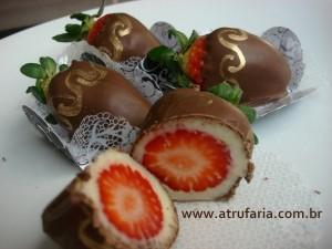 Morango Delícia - Morangos frescos, envoltos em Trufa Branca e cobertas com Chocolate ao Leite.