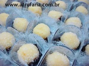 Olho de sogra: doce de coco, tipo beijinho, com ameixa em calda.  Também pode ser caramelizado.