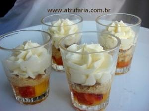 Verrine de Frutas : Morango e Manga na calda de Maracujá, Crocantes e Mousse de Chocolate Branco