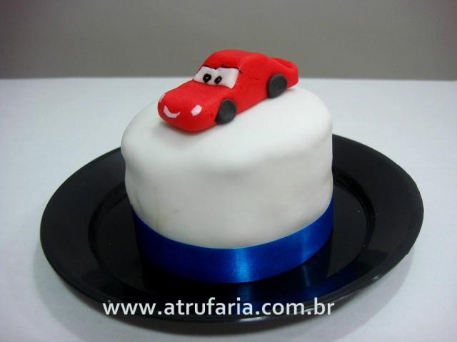 Mini bolo com o pequeno McQueen no topo