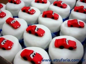 Os Mini bolos forma servidos aos convidados, preservando o bolo maior, poderiam servir também como lembrancinhas.