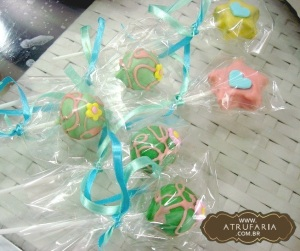 Cakepops - bolo com trufa,  no palito, decorado com chocolate colorido