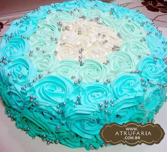 Bolo decorado com rosas de chantily de chocolate branco, em ombré de azul