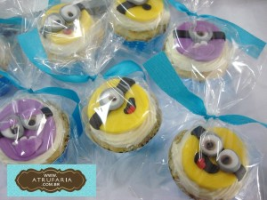 Mini cupcakes com cobertura de trufa mousse branca e decoração ao em pasta americana