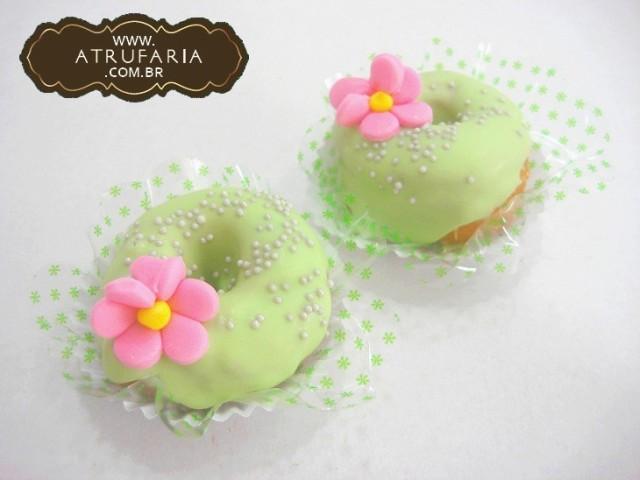 Mini Donuts - rosquinha com recheio de doce de leite, cobertura de chocolate colorido.