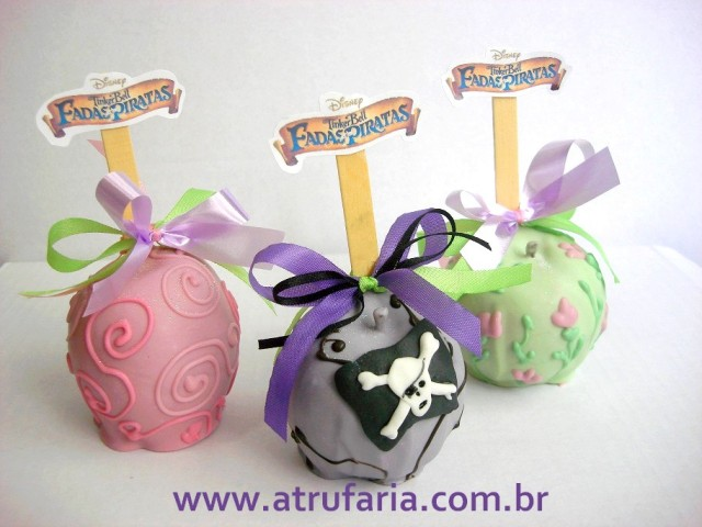 Maçãs decoradas com chocolate