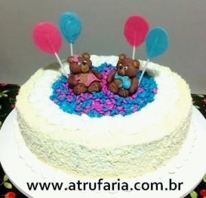 Bolo decorado com chantily de chocolate branco,  drágeas de chocolate. Ursinhos em pasta americana e balões em chocolate colorido.